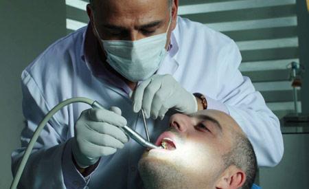 مطلوب طبيب اسنان للعمل في البحرين