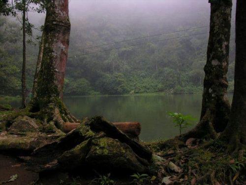 بالصور  .. تعرف على البحيرة الملونة بونشاك اندونيسيا
