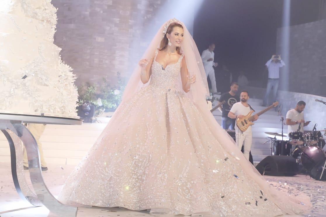 بالفيديو  ..  زواج مختلط يثير ضجة بلبنان  ..  العروس دخلت على اغنية جمعت بين الترنيمة والآذان