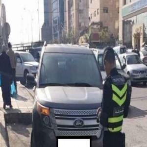 رقيب سير يحرر مخالفة لمركبة لوزير العمل على طريق العقبة