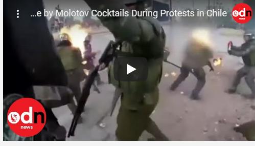 بالفيديو :متظاهرون يضرمون النار بضابطات شرطة في عاصمة تشيلي