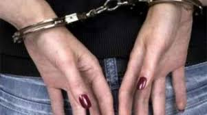اربعينية مهددة بالسجن ولا تتمكن من الخروج من منزلها فمن يقف الى جانبها