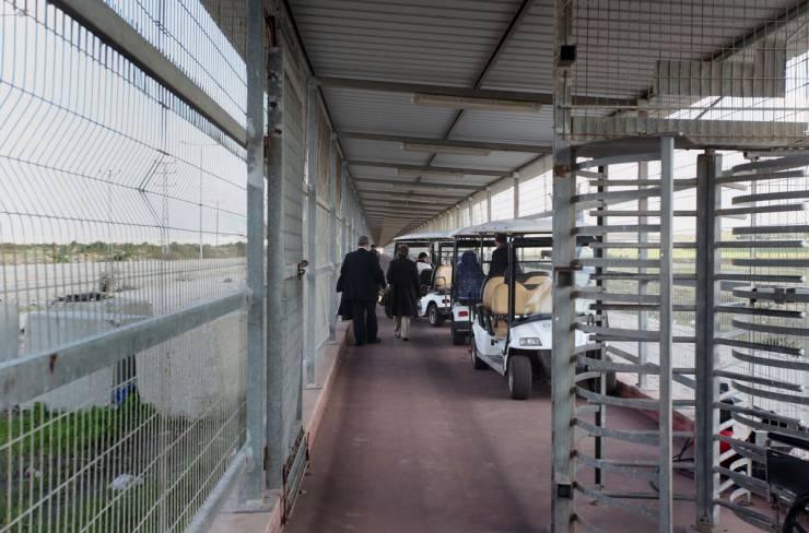 الاحتلال يعتقل شابا على معبر بيت حانون