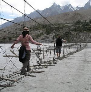عليك ان تحمد الله ان عبرت هذه الجسور بسلام .. صور