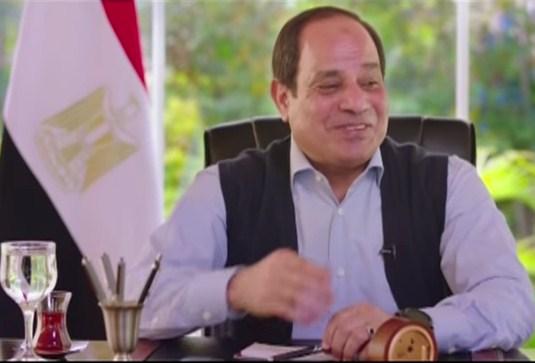 بالفيديو  ..  شكوى مواطن تثير ضحك السيسي و يرد عليه : «متقولش عليا إخواني ..  أنا مبصليش»