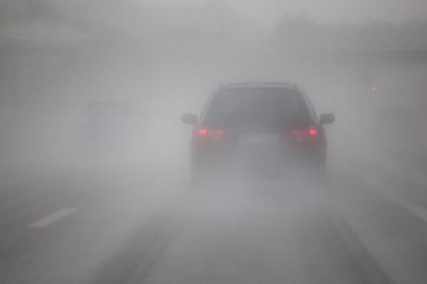تعرف على نصائح قيادة السيارة بطريقة آمنة في أوقات الضباب