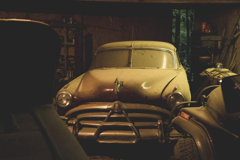 """بالصور ..  العثور على سيارة كلاسيكية نادرة في """"قبـو"""" وبيعها بـ 650 ألف دولار"""