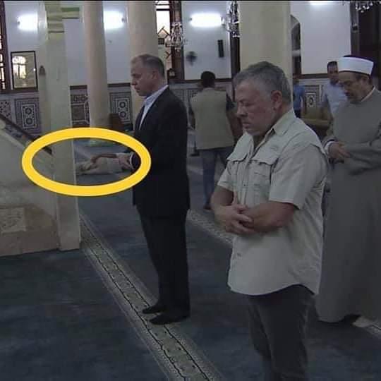 ما قصة الرجل الذي بقى نائماً أثناء زيارة الملك للمسجد الحسيني  .. صورة