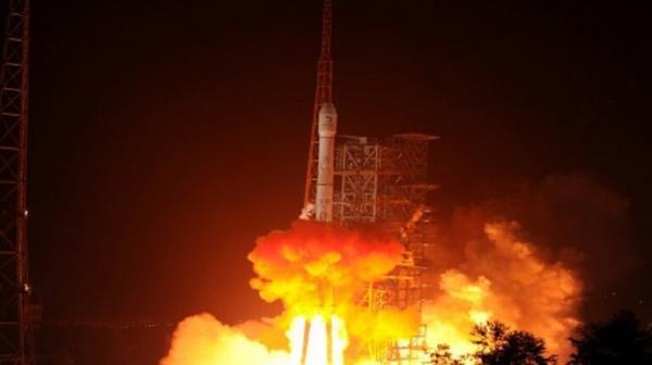 الصين تطلق قمرين صناعيين
