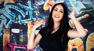 """فنانة فلسطينية تستعد لطرح أغنية """"جدا مُسَلِّي"""" باللهجة الخليجية"""