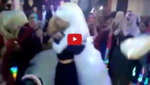 بالفيديو..فتاة تحمل صديقتها العروس بطريقة تشعل حماس الجمهور