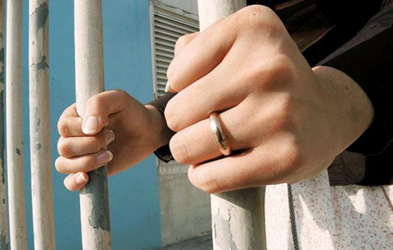 (900) دينار تهدد سيدة بالسجن بسبب الديون والفقر المدقع الذي تعيشه وبناتها ..  فمن لها ؟