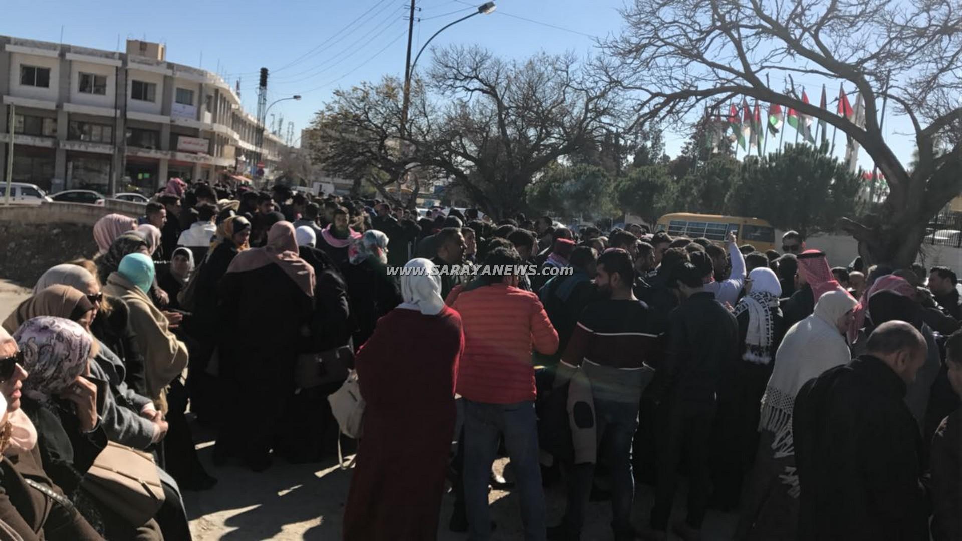 """بالصور ..  طلبة """"التوجيهي"""" الدارسين في الخارج يعتصمون امام النواب"""