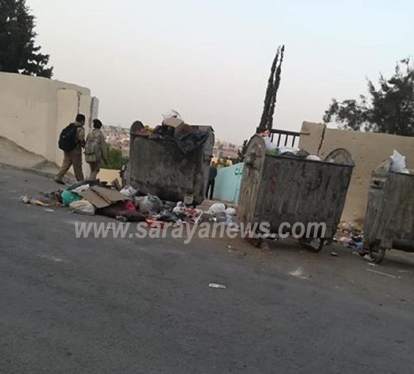 بالصور  ..  طلاب يدخلون الى مدرستهم من فوق القاذورات وامانة عمان لا تحرك ساكنا