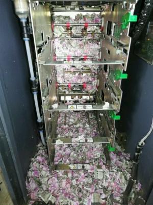 بالصور .. فئران تمزق أوراقا نقدية داخل ماكينة صرف