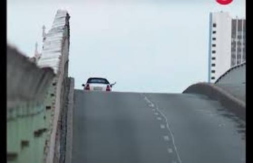 بالفيديو  ..  هدد بتفجير جسر ..  لقطات مثيرة للقبض على أوكراني مسلح