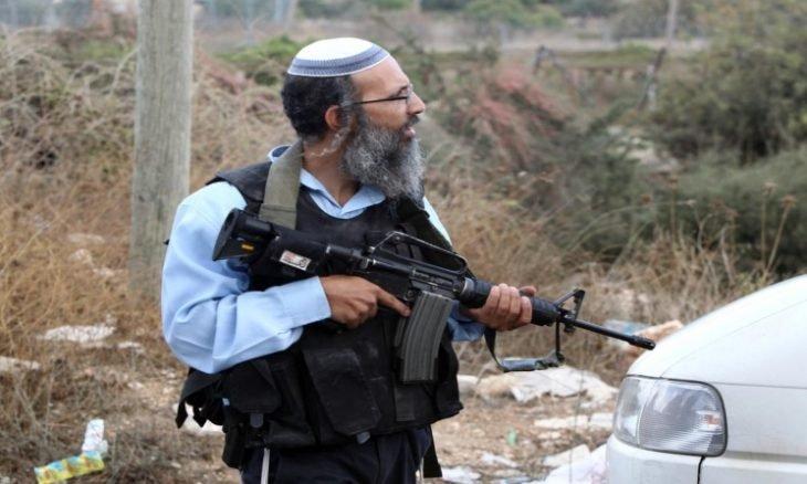 """مستوطنون ينصبون لافتات تشير لمناطق فلسطينية وفق """"صفقة القرن"""""""