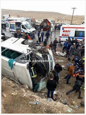 بالصور : وفاة و  (32) إصابة أثر حادث تصادم بين حافلة نقل ركاب وشاحنة على طريق الزرقاء - المفرق
