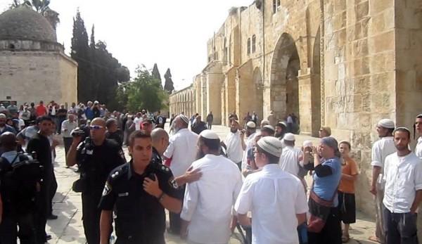 مجموعة من المستوطنين تقتحم باحات المسجد الأقصى