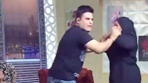 بالفيديو ..  ممثلة تضرب مذيع على الهواء وسط ذهول الحاضرين