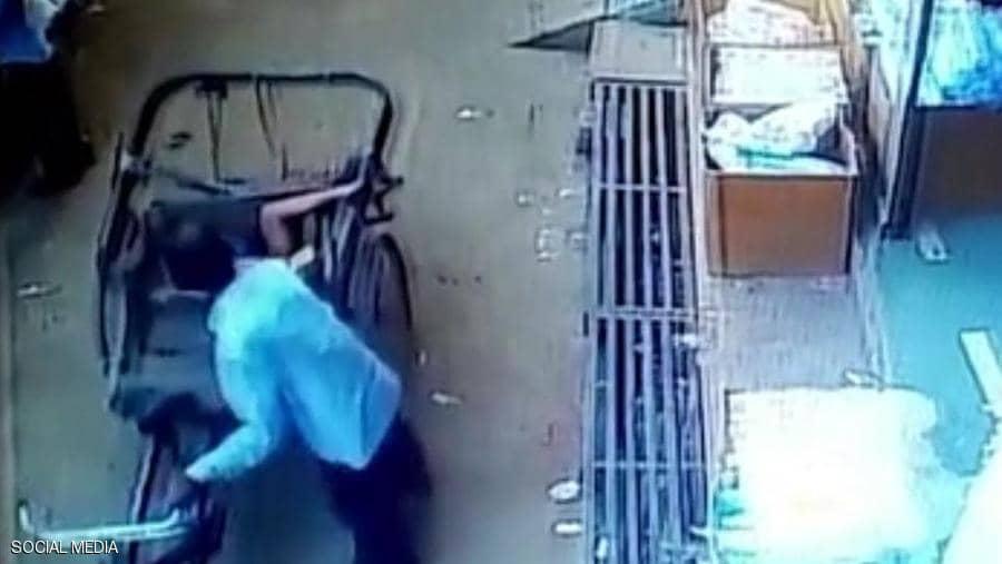 """بالفيديو ..  """"معجزة"""" تنقذ طفل هندي سقط من الطابق الثاني"""