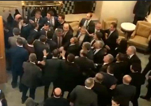 """مقر البرلمان التركي يتحول إلى """"ساحة معركة"""" بعد اقرار احد القوانين  .. تفاصيل"""