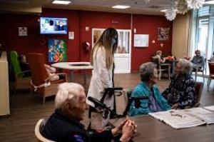 غرفة للعناق الآمن في دور المسنين بإيطاليا - صور