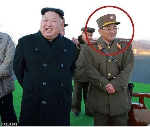 """بالصور .. تعرف على الرجل الذي يمكنه أن يطلق شرارة الحرب العالمية الثالثة  .. """"تحت يده 60 رأساً نووياً"""""""