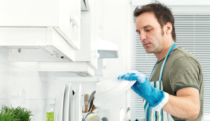 دراسة ستسعد سيدات الأردن: حظر التجول في المملكة زاد من مساهمة الرجال في الأعمال المنزلية