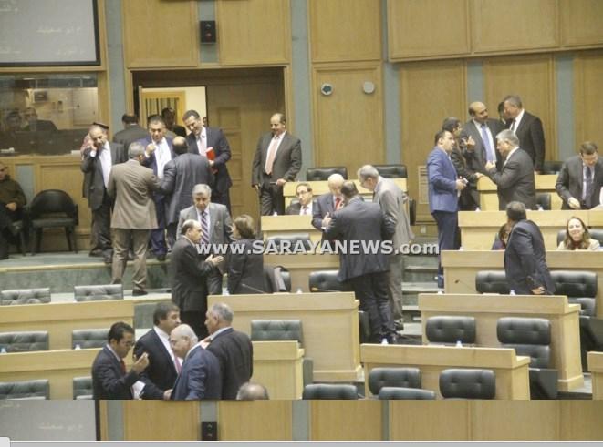 بالفيديو  ..  النواب يهتفون بوجه رئيسهم لتأجيل جلسة مناقشة الموازنة