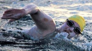 امرأة تعبر القنال الإنجليزي 4 مرات دون توقف