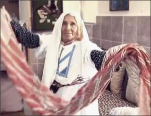 بالفيديو .. الحجة ام محمد تحتفظ بجهاز عرسها من 85 سنة
