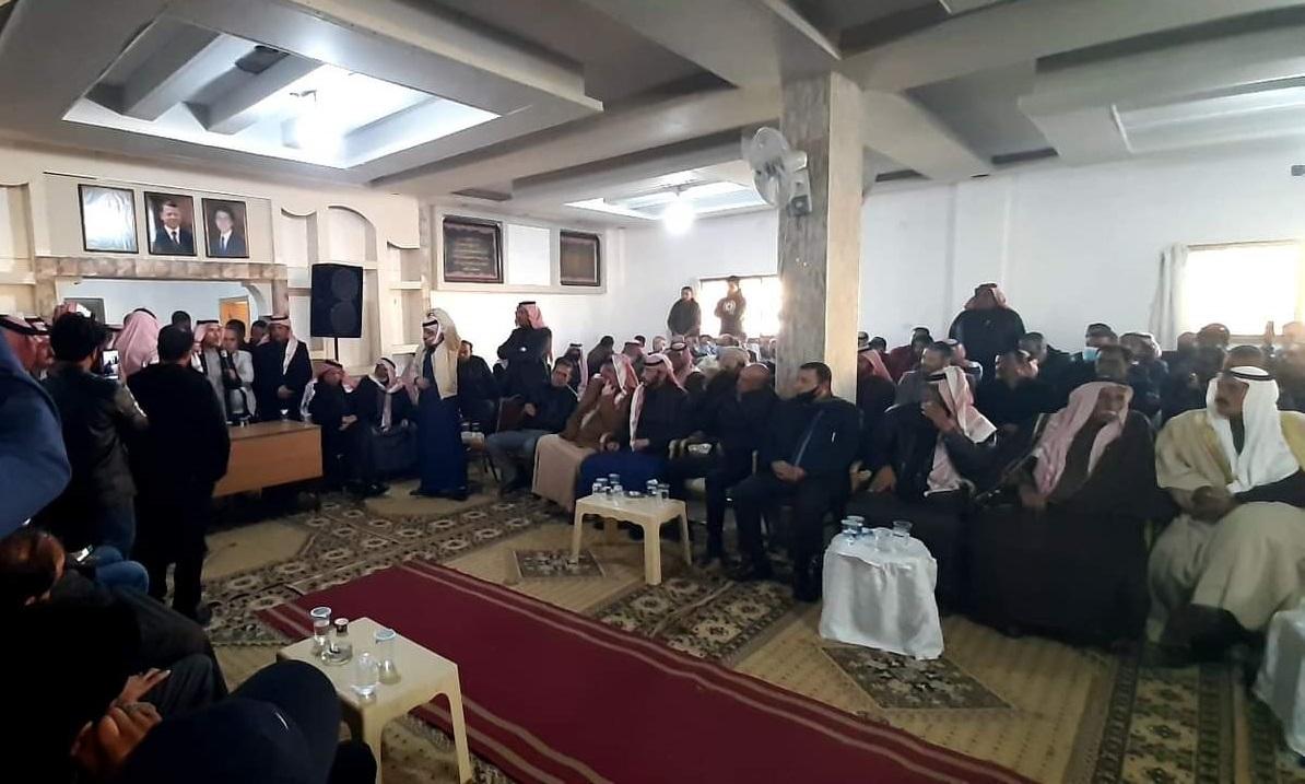 """اجتماع حاشد لقبيلة بني صخر يطالب بإعدام قاتلي """"حمزة"""""""