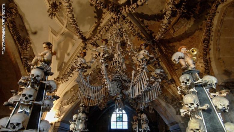 ليست لأصحاب القلوب الضعيفة .. كنيسة تحتوي على هياكل عظمية منذ العصور الوسطى
