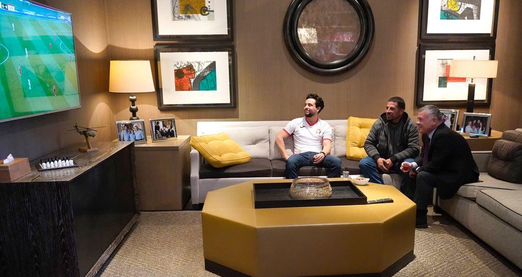 بالفيديو :قناة الكاس القطرية تبث تقرير عامل الوطن واستضافة الملك