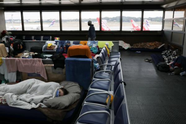 حظر السفر بسبب كورونا يترك المئات عالقين في أكبر مطار بالبرازيل