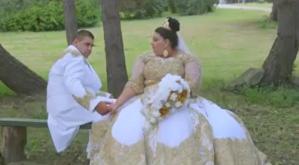 بالفيديو ..  حفل زفاف خيالي تتساقط فيه أمطار من الذهب وأوراق اليورو