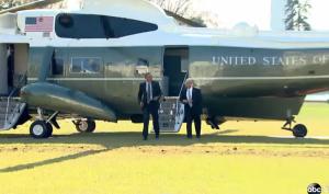 بالفيديو : أوباما يعيد المروحية الرئاسية ليأخذ هاتفه