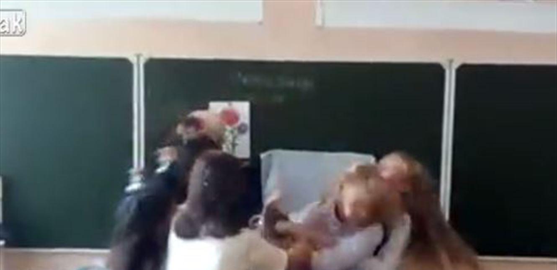 بالفيديو  ..  شجارٌ عنيفٌ بين طالبَتيْن داخل الصف ..  ضربٌ وشدّ شعر!