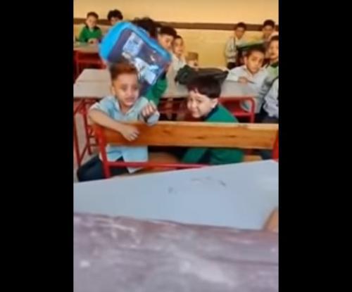 بالفيديو  ..  طفل مصري يبكي بحرقة بأول يوم دراسة يقول لمعلمته : عايز أنام ربع ساعة بس يا حجة