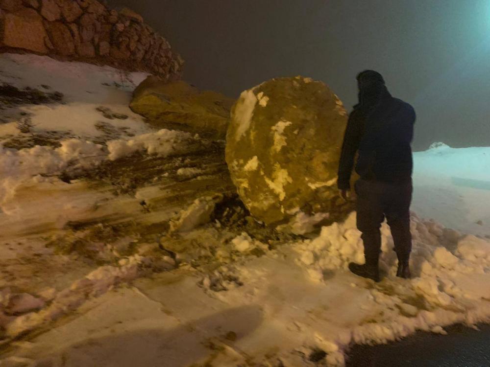 بالصور  ..  انهيارات صخرية على طريق ضانا بالطفيلة جراء الثلوج