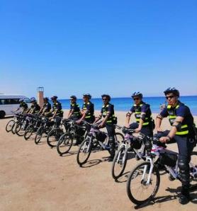 بالصور  .. أول دورية أمنية تستخدم دراجات هوائية على الشاطئ الجنوبي في العقبة