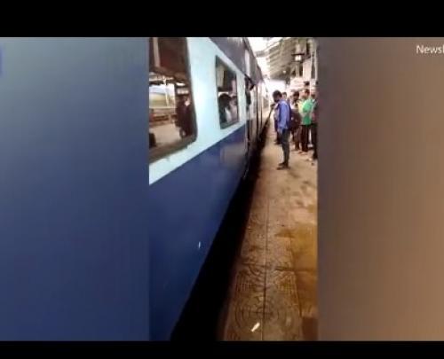بالفيديو .. مشهد مرعب لسيدة تسقط تحت عجلات قطار متحرك