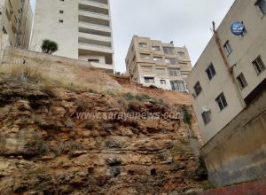 """بالصور  ..  """"انهيار"""" بالقرب من مدرسة سمير الرفاعي و الأمانة توضح"""