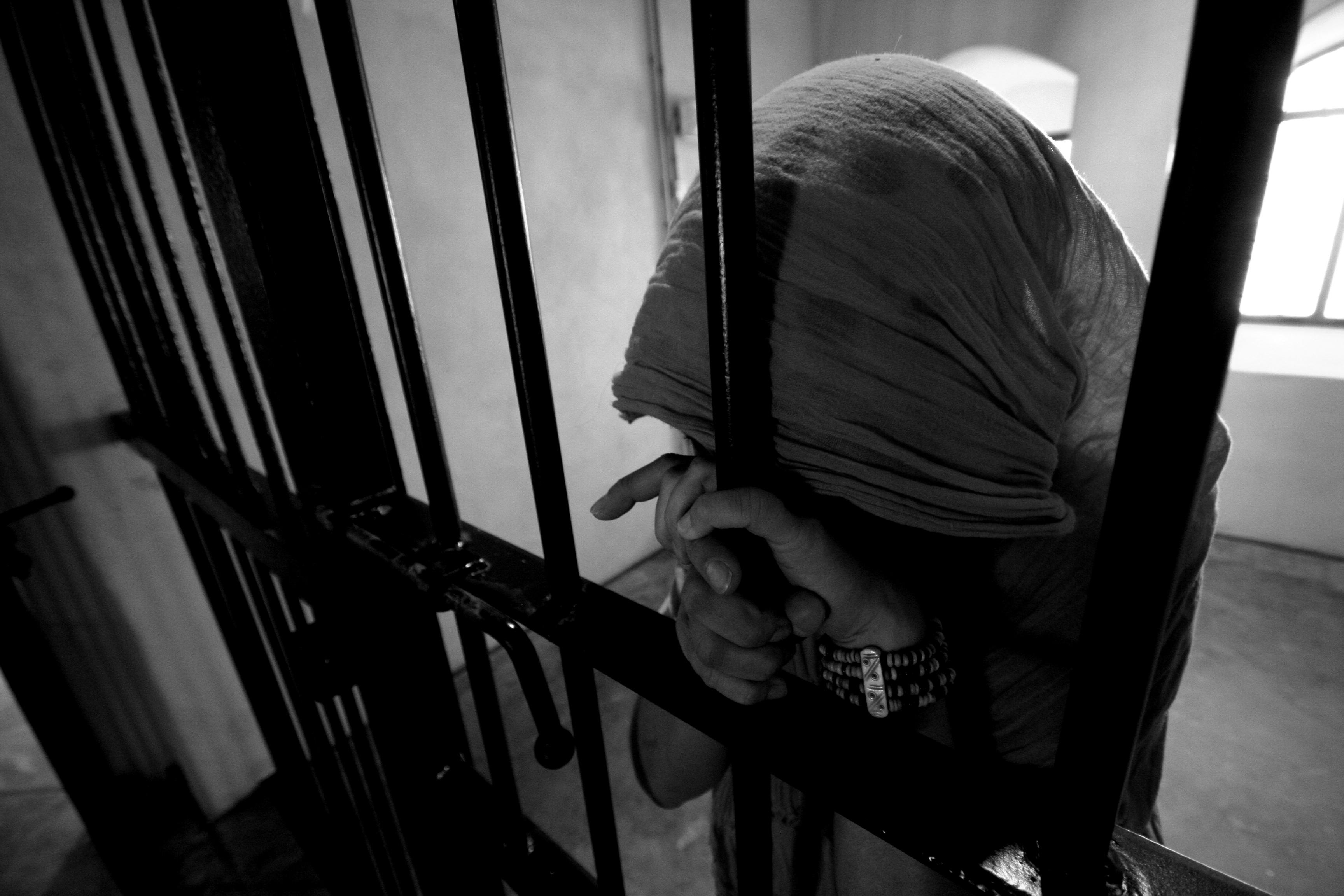 """قبل دخول رمضان  ..  من يطرق باب هذه السيدة المهددة بالسجن وضياع صغارها   ..  """"تفاصيل"""""""
