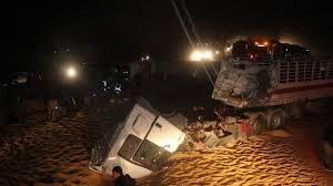 دهس 8 أشخاص من قبل شاحنة على الطريق الصحراوي