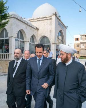 بالصور  ..  الأسد يؤدي صلاة عيد الفطر