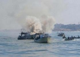 الاحتلال يستهدف مراكب الصيادين في غزة