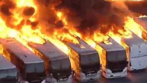 بالفيديو  ..  حريق هائل يلتهم عشرات الحافلات في كاليفورنيا