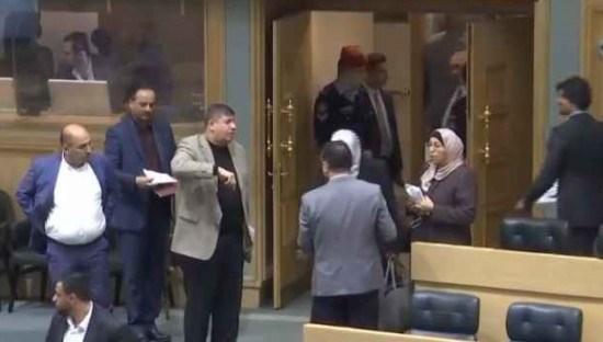 """""""الشعب يريد اكشن""""   ..  ومطلوب """"فزيع"""" ..  أبرز تغريدات الشارع الأردني حول جلسة النواب الاخيرة"""